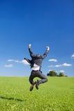 Homme d'affaires radieux sautant pour la joie image stock
