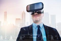 Homme d'affaires raidi essayant le casque de VR image libre de droits