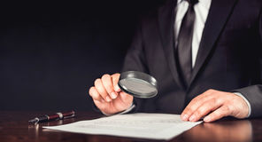 Homme d'affaires Reading Contract Details image stock