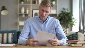 Homme d'affaires Reading Documents au travail, contrat banque de vidéos