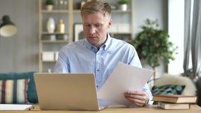 Homme d'affaires Reading Documents et fonctionnement sur l'ordinateur portable, écritures banque de vidéos