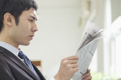 Homme d'affaires Reading Newspaper image stock