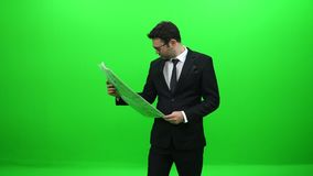 Homme d'affaires Reading Newspaper devant l'écran vert banque de vidéos