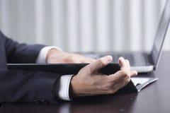 Homme d'affaires Reading un document Images stock