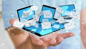 Homme d'affaires recevant des emails sur son renderin numérique des dispositifs 3D Images libres de droits