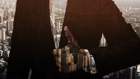 Homme d'affaires recouvert par la ville urbaine image stock