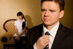 Homme d'affaires rectifiant la relation étroite et beau brunette Photos libres de droits