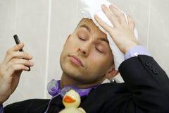 Homme d'affaires refroidissant sous une douche photos stock