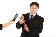 Homme d'affaires refusant de répondre à l'appel téléphonique Image stock
