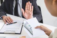Homme d'affaires refusant ou rejetant l'argent dans l'enveloppe - anti b Photos stock