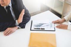 Homme d'affaires refusant ou rejetant l'argent dans l'enveloppe - anti b Images stock