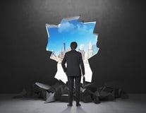 Homme d'affaires regardant à la ville Image libre de droits