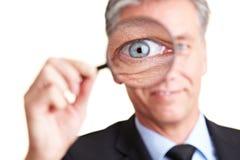Homme d'affaires regardant à travers photos stock