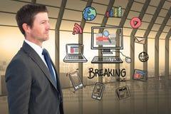Homme d'affaires regardant de diverses icônes entourant l'ordinateur et les dernières nouvelles Photographie stock