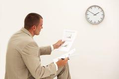 Homme d'affaires regardant des documents Photo libre de droits