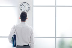 Homme d'affaires regardant fixement l'horloge Photo stock