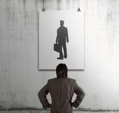 Homme d'affaires regardant l'icône de personnes Photographie stock