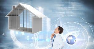Homme d'affaires regardant la Chambre avec rougeoyer d'interface de ciel et globe du monde photos stock