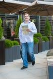 Homme d'affaires regardant la manière sur la carte Image stock