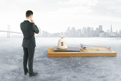 Homme d'affaires regardant la souricière à clapet avec l'argent Photo libre de droits