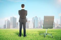 Homme d'affaires regardant la ville images libres de droits