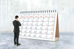 Homme d'affaires regardant le calendrier images stock