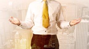 Homme d'affaires regardant le fond de ville de recouvrement photographie stock libre de droits