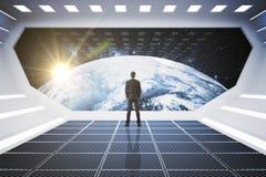 Homme d'affaires regardant le globe Image libre de droits
