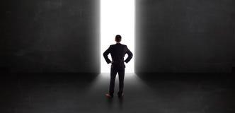 Homme d'affaires regardant le mur avec l'ouverture légère de tunnel Images libres de droits