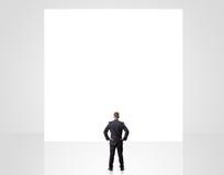 Homme d'affaires regardant le signe vide Image libre de droits