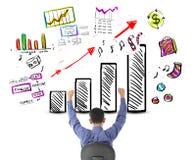 Homme d'affaires regardant le succès avec le diagramme de bénéfice Photographie stock libre de droits