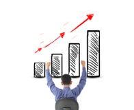 Homme d'affaires regardant le succès avec le diagramme de bénéfice Images libres de droits