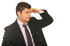 Homme d'affaires regardant loin pour quelque chose Image libre de droits