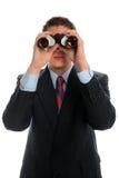 Homme d'affaires regardant par des jumelles Photographie stock