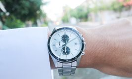 Homme d'affaires regardant sa montre de main image libre de droits