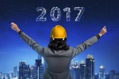 Homme d'affaires regardant 2017 sur le ciel Photos libres de droits
