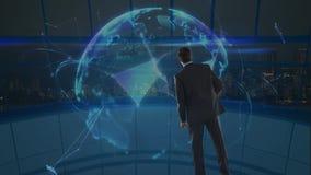Homme d'affaires regardant un globe de rotation de la terre entouré par des connexions de données illustration de vecteur