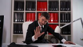 Homme d'affaires Rejecting votre offre banque de vidéos