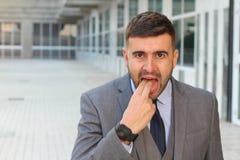 Homme d'affaires rejetant quelque chose avec le geste de main inadéquat photo libre de droits