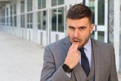 Homme d'affaires rejetant quelque chose avec le geste de main inadéquat photo stock