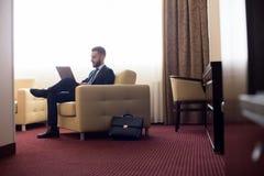Homme d'affaires Relaxing dans la chambre d'hôtel Photos libres de droits