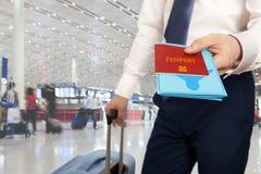 Homme d'affaires remettant le passeport et le billet Photos libres de droits