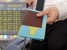 Homme d'affaires remettant le passeport et le billet Photographie stock