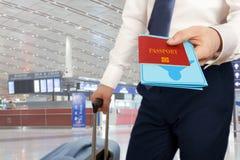 Homme d'affaires remettant le passeport et le billet Photos stock