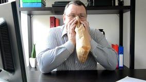 Homme d'affaires respirant dans et hors d'un sac de papier brun clips vidéos