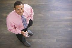 Homme d'affaires restant à l'intérieur Photo libre de droits
