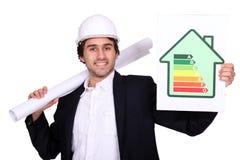 Homme d'affaires retenant l'étiquette de consommation d'énergie photographie stock