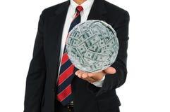 Homme d'affaires retenant la grande bille d'argent photo libre de droits