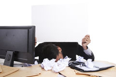 Homme d'affaires retenant le panneau blanc Photographie stock libre de droits