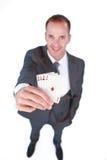 Homme d'affaires retenant quatre cartes de tisonnier d'as Image stock